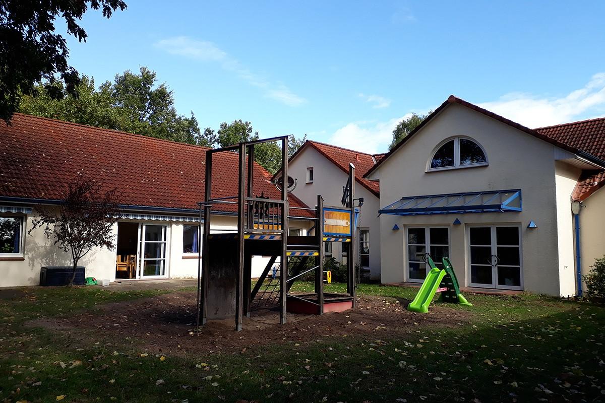 Kindertagesstaette-Rappelkiste-Garten-Spielgeraete-01