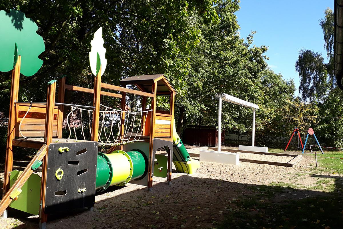Kindertagesstaette-Rappelkiste-Garten-Spielgeraete-02